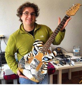 Aqui un Ludo con una guitarra construida por el mismo