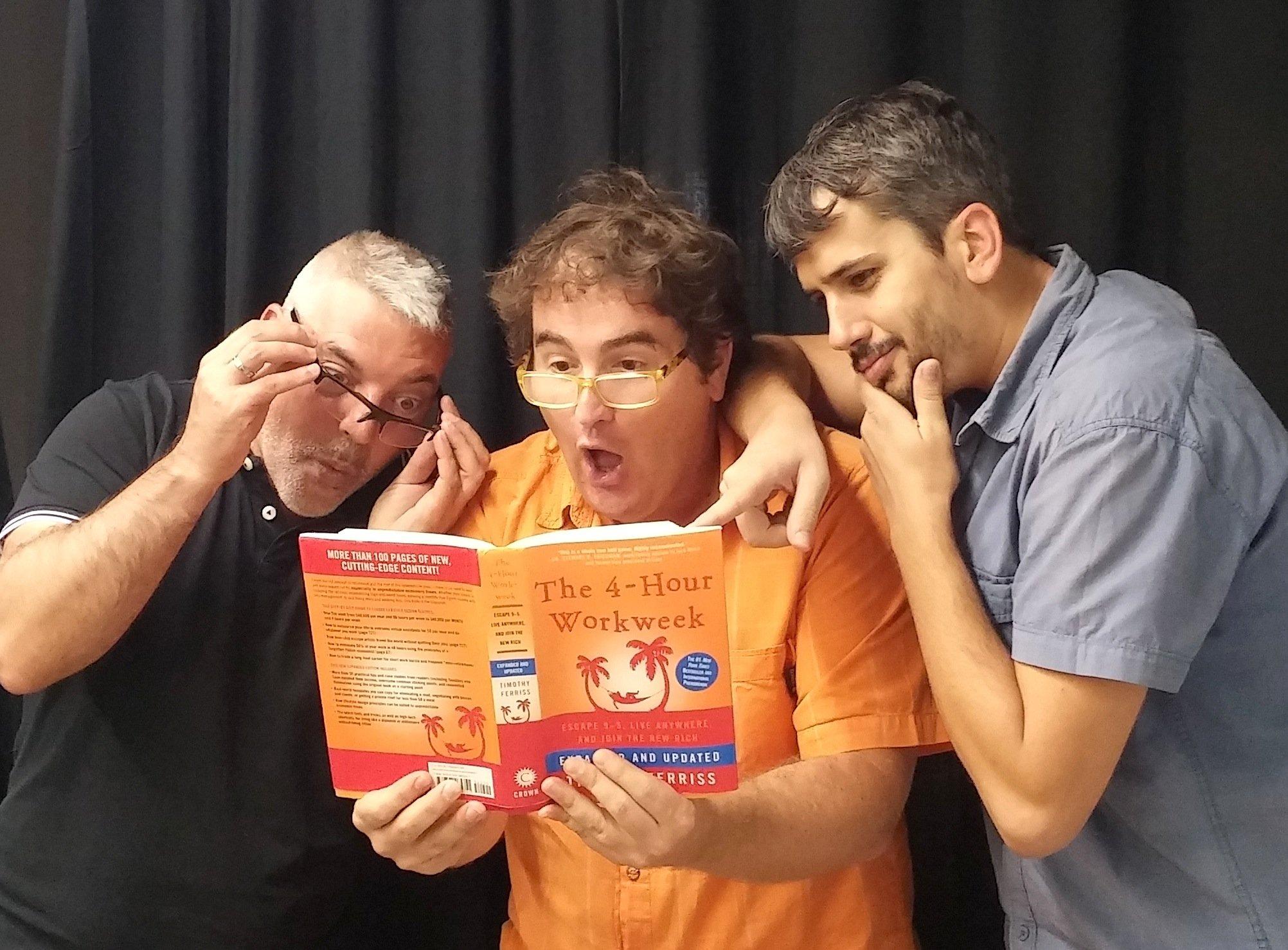 """Zetatesters con el libro """"La semana laboral de 4 horas"""" de Tim Ferriss"""