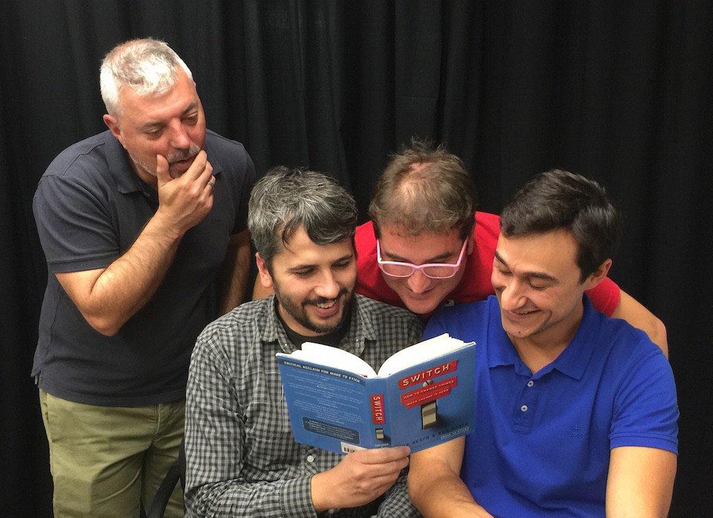 """Tomàs Manzanares, Carles Caño, Marc Alier y Dani Amo con el libro """"Cambia el chip"""" de los hermanos Heath"""