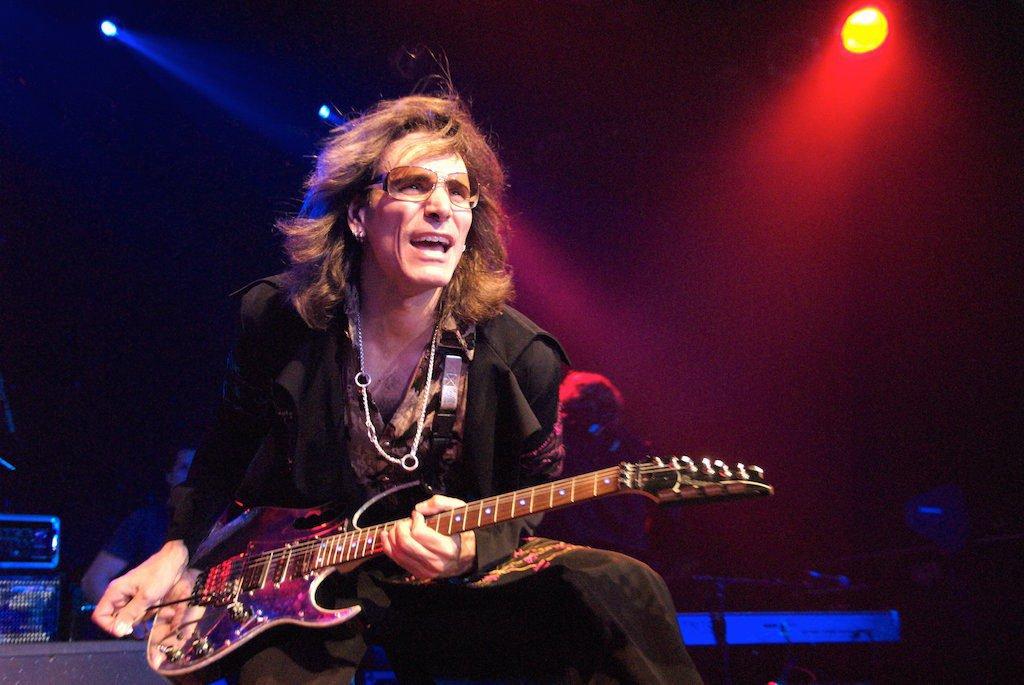 Steve Vai tocando la guitarra