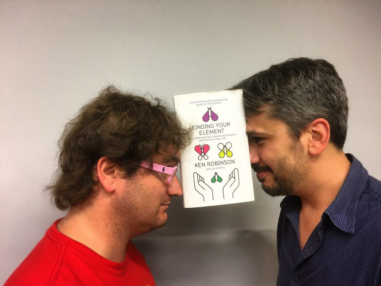 """Marc Alier y Carles Caño con el libro """"Encuentra tu elemento"""" de Ken Robinson"""