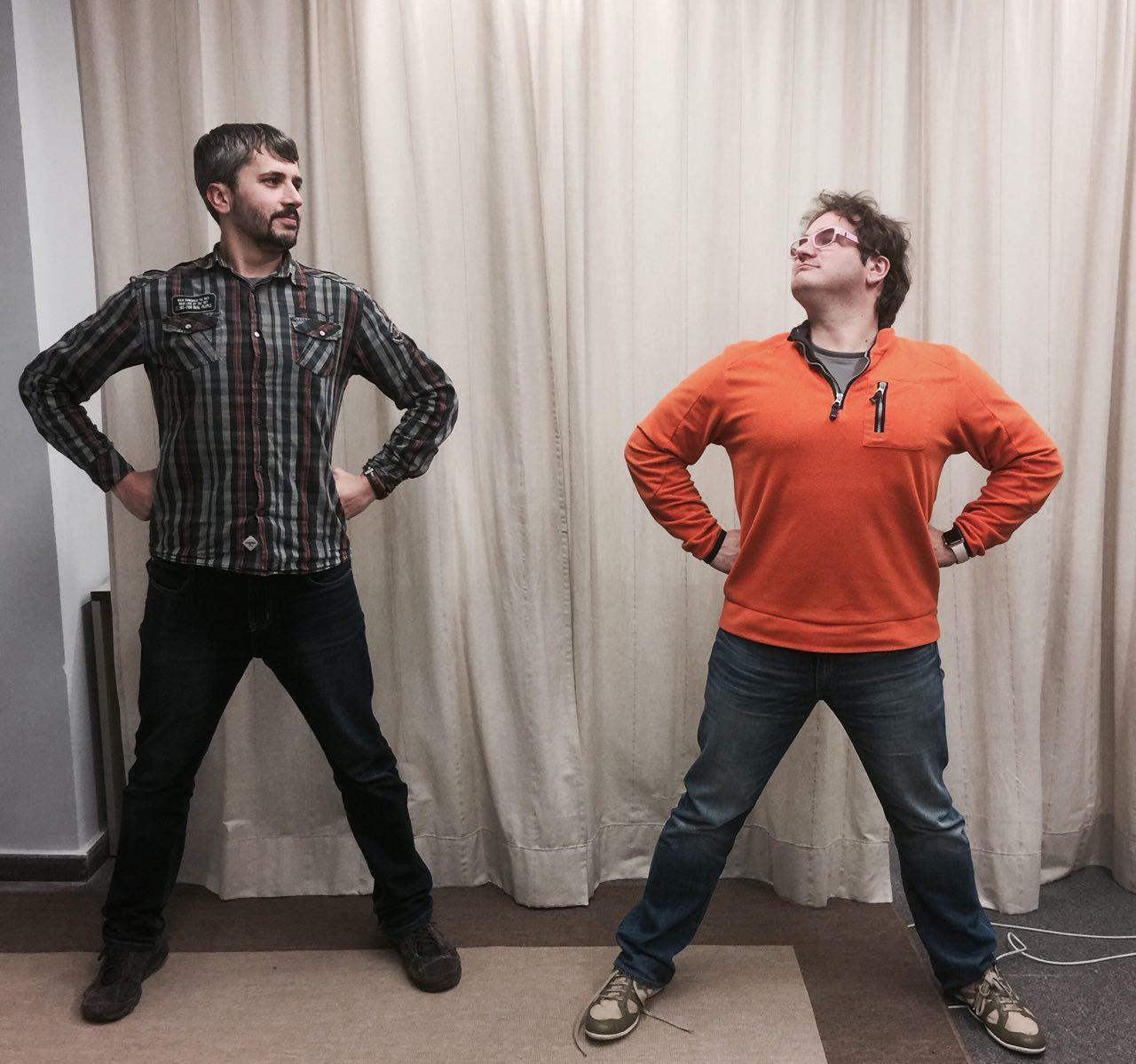 Carles Caño y Marc Alier con pose de Wonderwoman