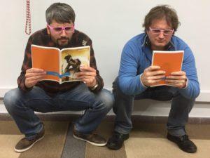 Dos hombres muy concentrados