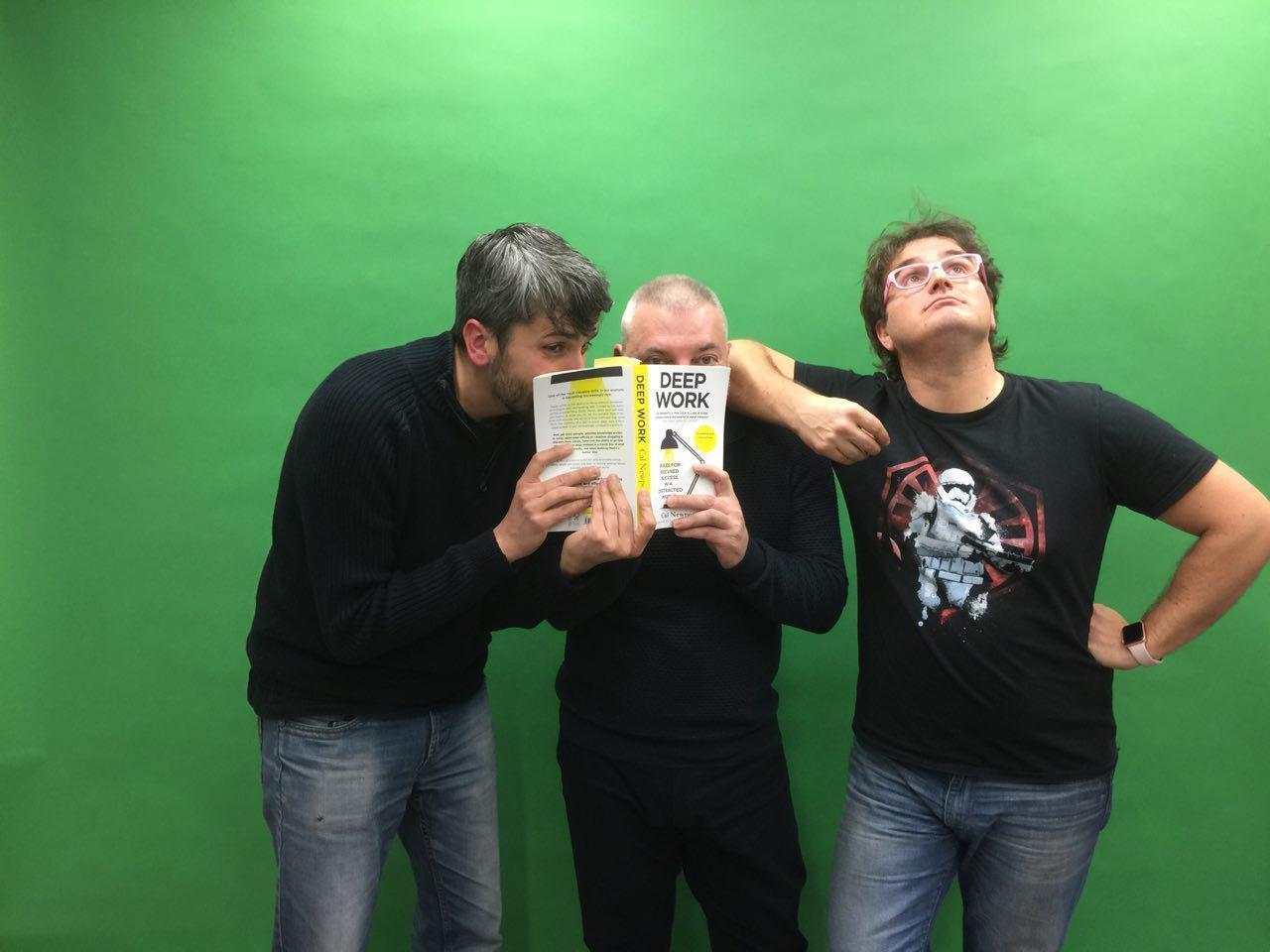 """Carles Caño, Tomàs Manzanares y Marc Alier con el libro """"Deep Work"""" de Cal Newport"""