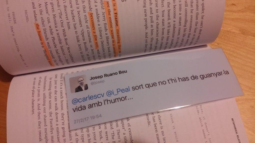 Punto de libro hecho a partir de un tuit impreso