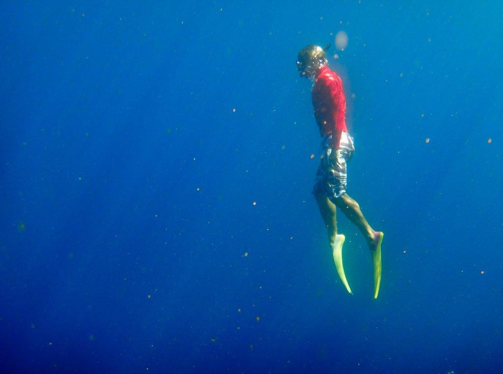 Hombre haciendo snorkeling