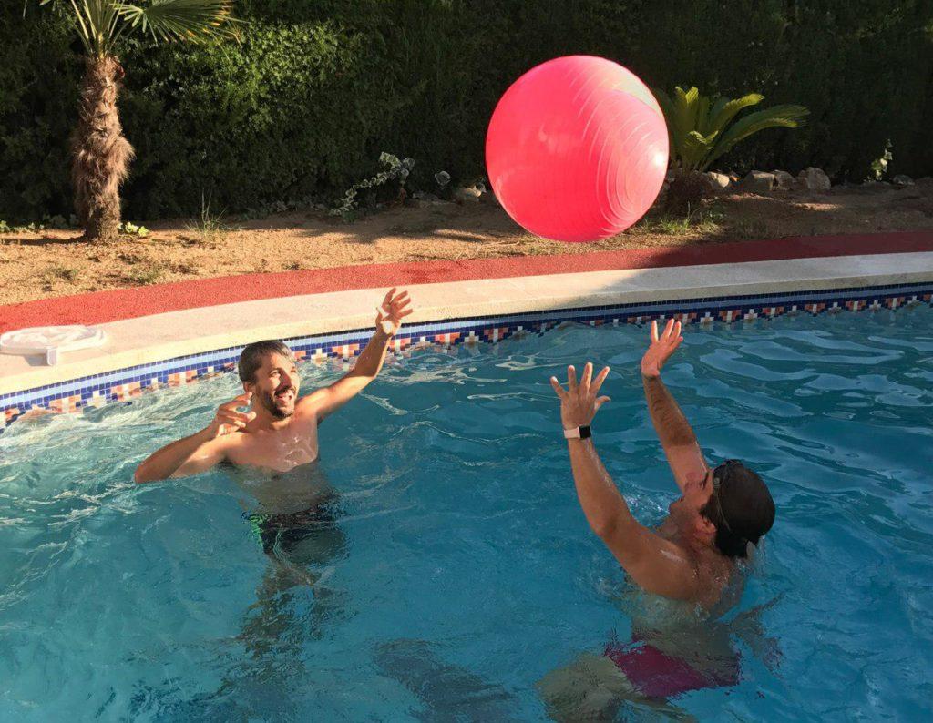 Carles y Marc en la piscina