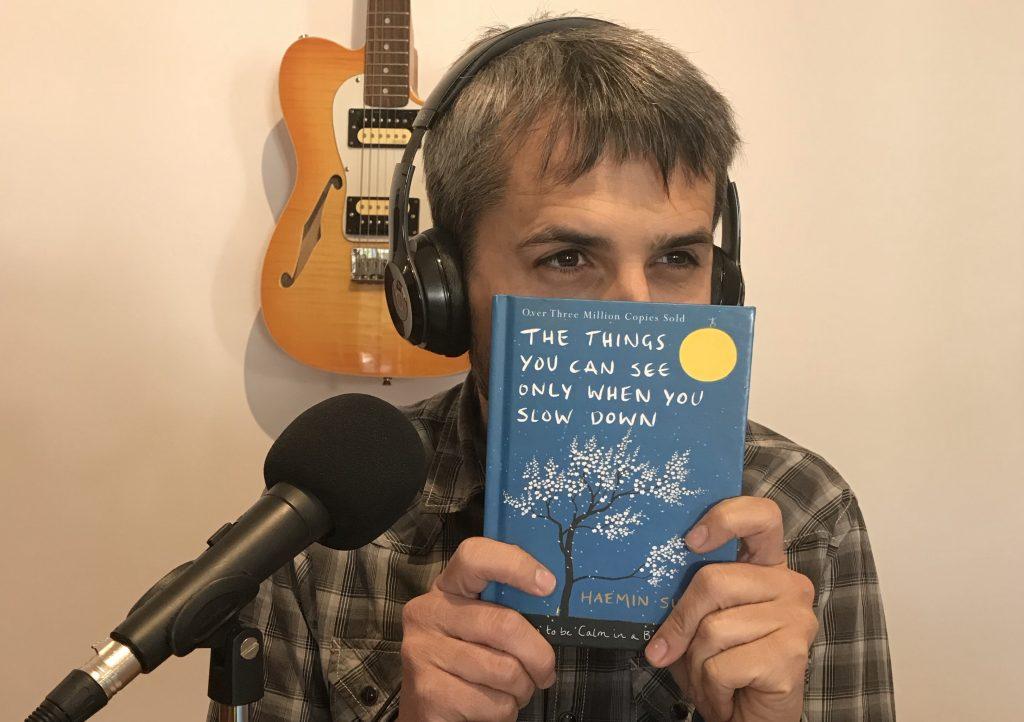 Carles Caño con el libro de Haemin Sunim
